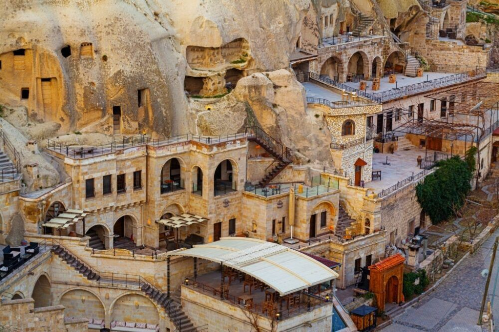 Caminar por los valles y construcciones culturales y religiosas en Goreme, Turquía